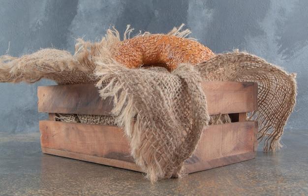 Bajgle w małej drewnianej skrzynce