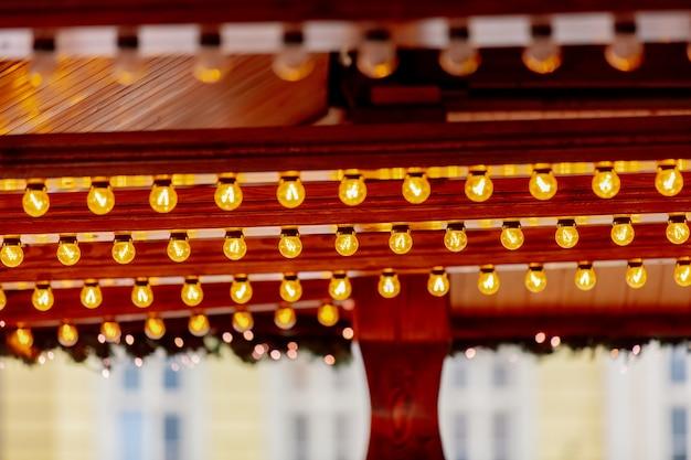 Bajkowa dekoracja drewnianych domów na jarmarku bożonarodzeniowym we wrocławiu