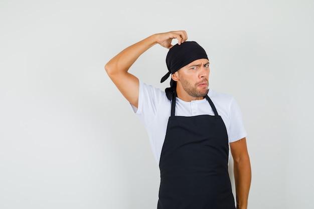 Baker człowiek drapie głowę w t-shirt