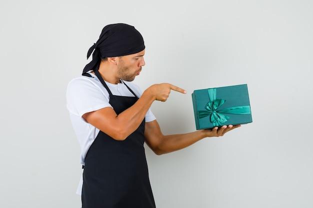 Baker man, wskazując na pudełko w t-shirt
