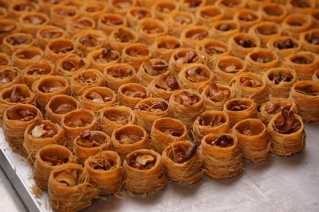 Baklava arabskie słodkie wypieki i deser na dużym talerzu