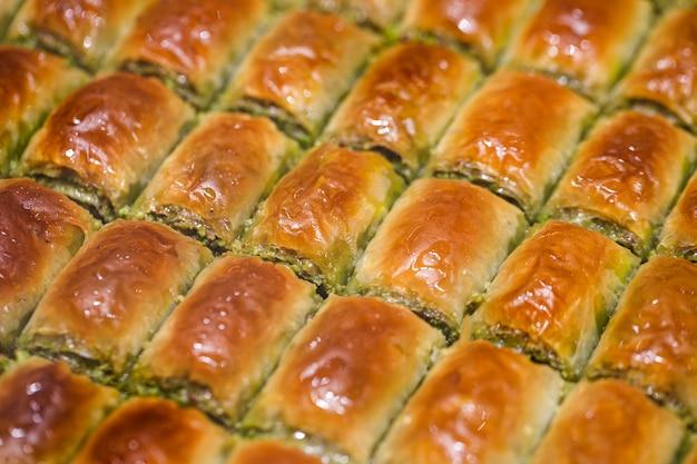 Baklava miodowa z mielonymi pistacjami, wiele kawałków, nie krojona