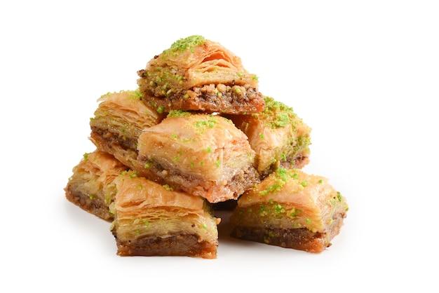 Baklava pistacjowa na białym tle. deser.