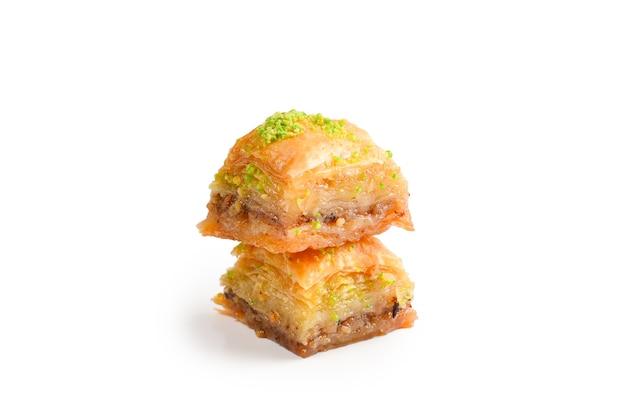 Baklava pistacjowa na białym tle