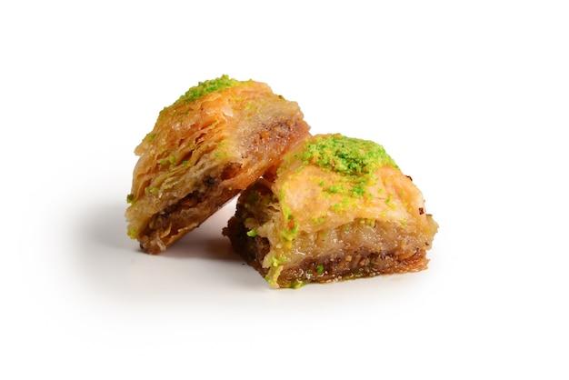 Baklava pistacjowa na białym tle.