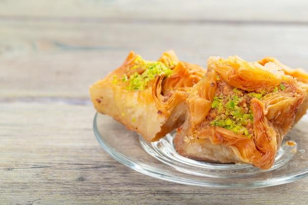 Baklava świeża na talerzu, baklava podawana z pistacjami
