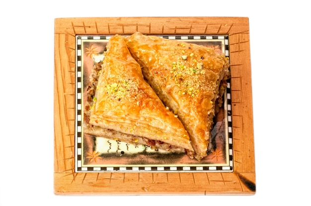 Baklava, tradycyjna słodka na bliskim wschodzie. na białym tle