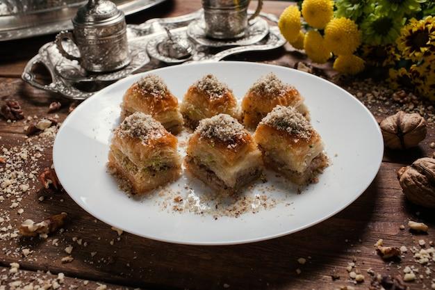 Baklava tradycyjny orientalny deser. koncepcja śniadania z herbatą i tureckim ciastem