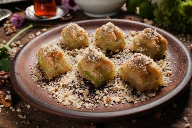 Baklava tradycyjny orientalny deser. słodka koncepcja tła tureckiego jedzenia
