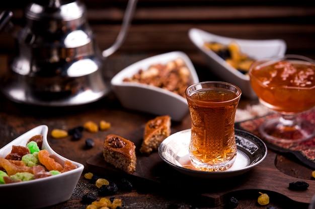 Baklava zer ° zero z orzechiem włoskim i filiżanką herbaty