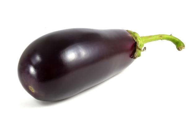 Bakłażan na białym tle. świeże ciemne warzywa.