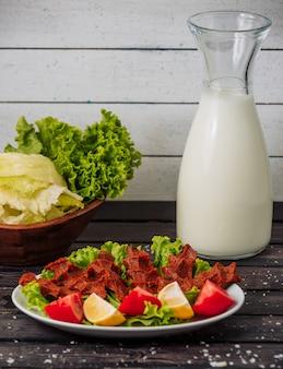 Bakłażanowe kawiorowe warzywa i mleko na stole