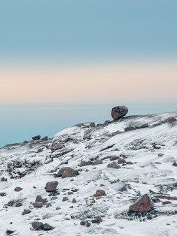 Balancing rock na arktycznych wzgórzach na tle polarnego nieba. niesamowite cuda natury.