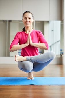 Balansując na palcach podczas medytacji