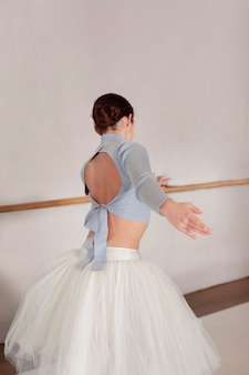 Balerina na próbach w spódniczce tutu