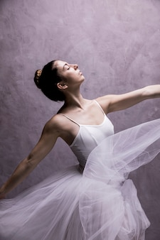 Balerina z widokiem z boku jest marzycielska