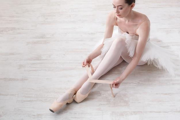 Balerina zakłada pointe baletki
