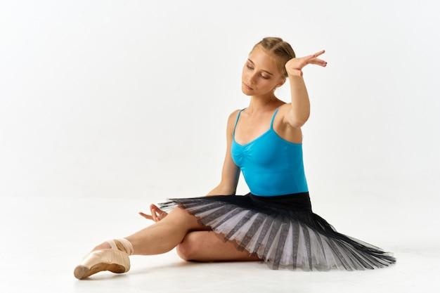 Baleriny dziewczyna w pięknym garniturze na trening baletowy.