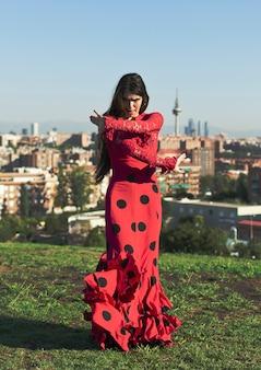 Baleriny flamenco tańczy na trawie