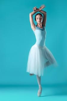 Baleriny w białej sukni pozują na palcach