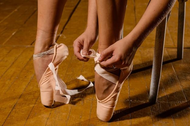 Baleriny wiązanie pointe baletki na scenie