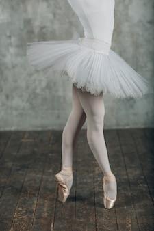 Balet w pięknym stylu. nowoczesny balet tancerz baletowy