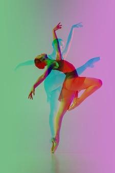 Balet. wiele portretów z efektem bichromii glitch. wielokrotna ekspozycja, abstrakcyjne modne zdjęcie piękna. młoda piękna modelka pozowanie. kultura młodzieżowa, złożony wizerunek, modni ludzie.