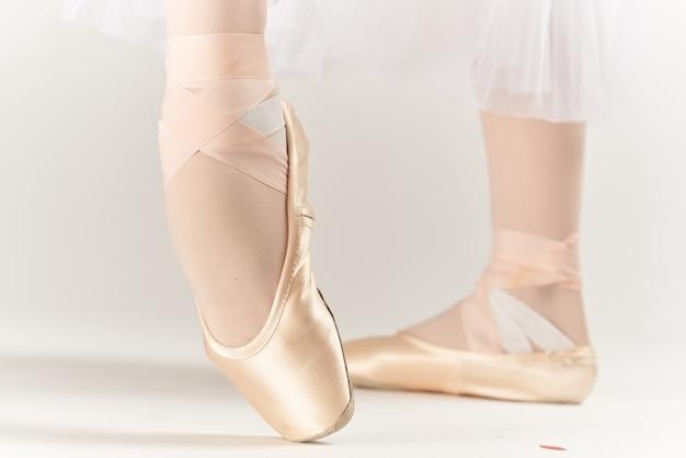 Baletki taniec wykonywane w stylu klasycznym jasnym tle. zdjęcie wysokiej jakości