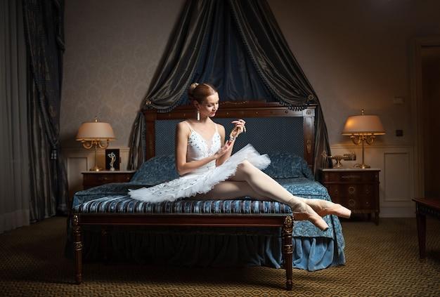 Baletnica w sypialni trzymając naszyjnik z pereł