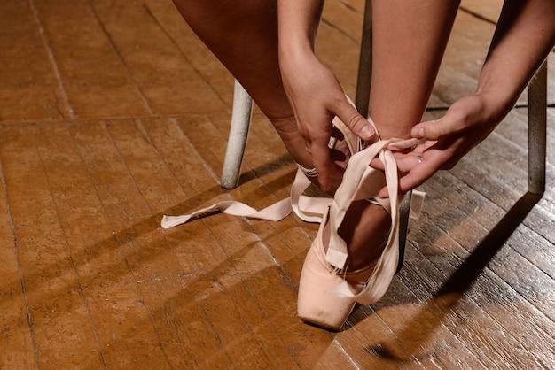 Baletnica wiązanie kapci wokół kostki kobieta baleriny pointe