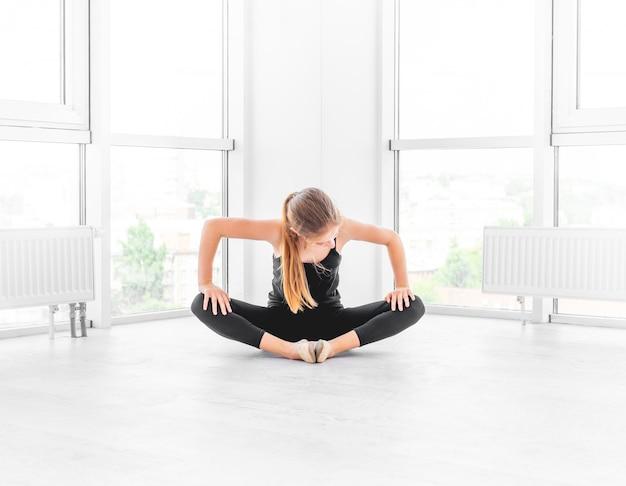 Baletnicza dancingowa dziewczyna ćwiczy nastoletniego