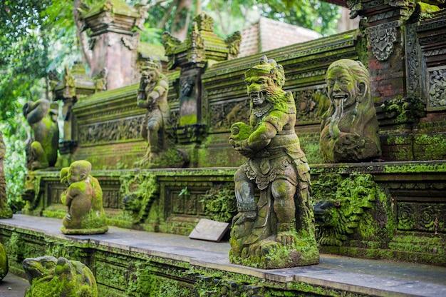 Balijczyk świątynia zakrywająca z mech, indonezja