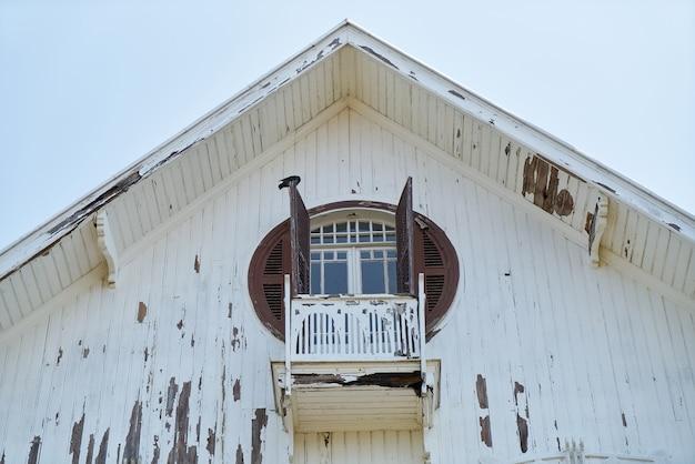 Balkon domu z murów łamanego drewna