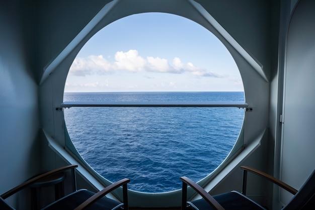 Balkon z krzesłami na statek wycieczkowy z widokiem na morze