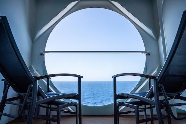 Balkon z krzesłami na statku wycieczkowym z widokiem na morzu