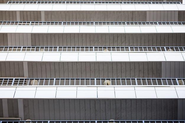 Balkony biurowca.