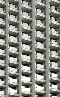 Balkony wysokiego hotelu
