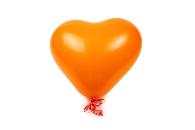 Ballon pomarańczowy serca na białym tle.