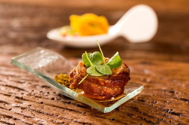 Ballotyna wieprzowa z pururucą, mąką wodną, puree z dyni i kiełkami w łyżce. zasmakuj kulinarnych przekąsek
