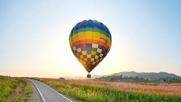Balon latający na polu