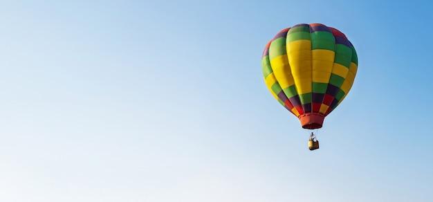 Balon na niebieskim niebie