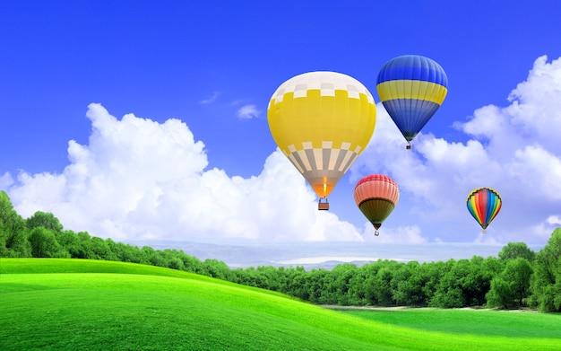 Balon na ogrzane powietrze unoszący się na niebie nad wzgórzem