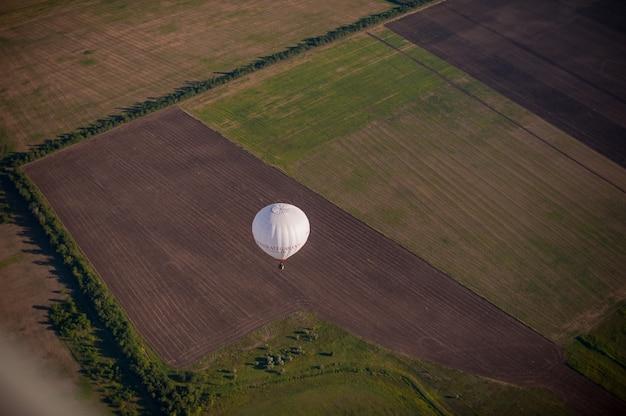 Balon na ogrzane powietrze widziane z góry