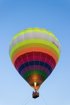 Balon w powietrzu. jazda balonem. miasto czeboksary, rosja, 19.08.2018
