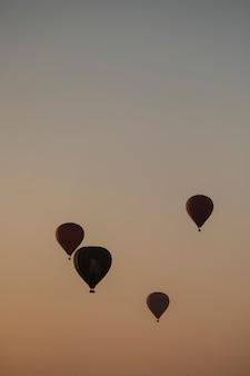 Balon w świetle wschodu słońca