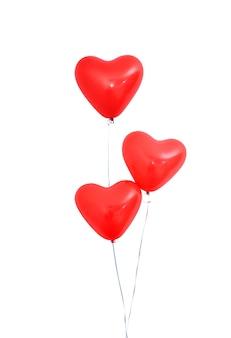Balon z helem w kształcie czerwonego serca na białym tle na białym tle z linami, walentynki, dzień matki, urodziny party projekt koncepcji. ścieżka przycinająca.