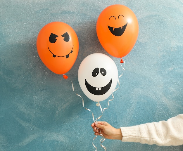 Balony halloween żeńska ręka trzyma