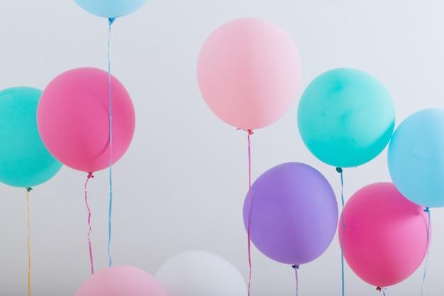 Balony na białym drewnianym tle