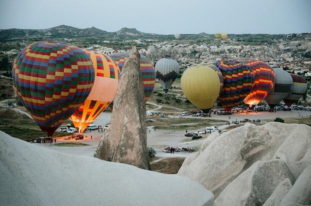 Balony na ogrzane powietrze lądujące w parku narodowym goreme cappadocia goreme turcja.