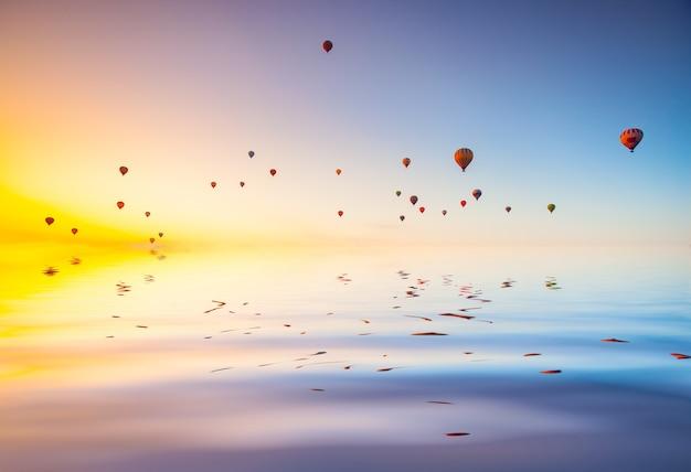 Balony na ogrzane powietrze na niebie o zachodzie słońca